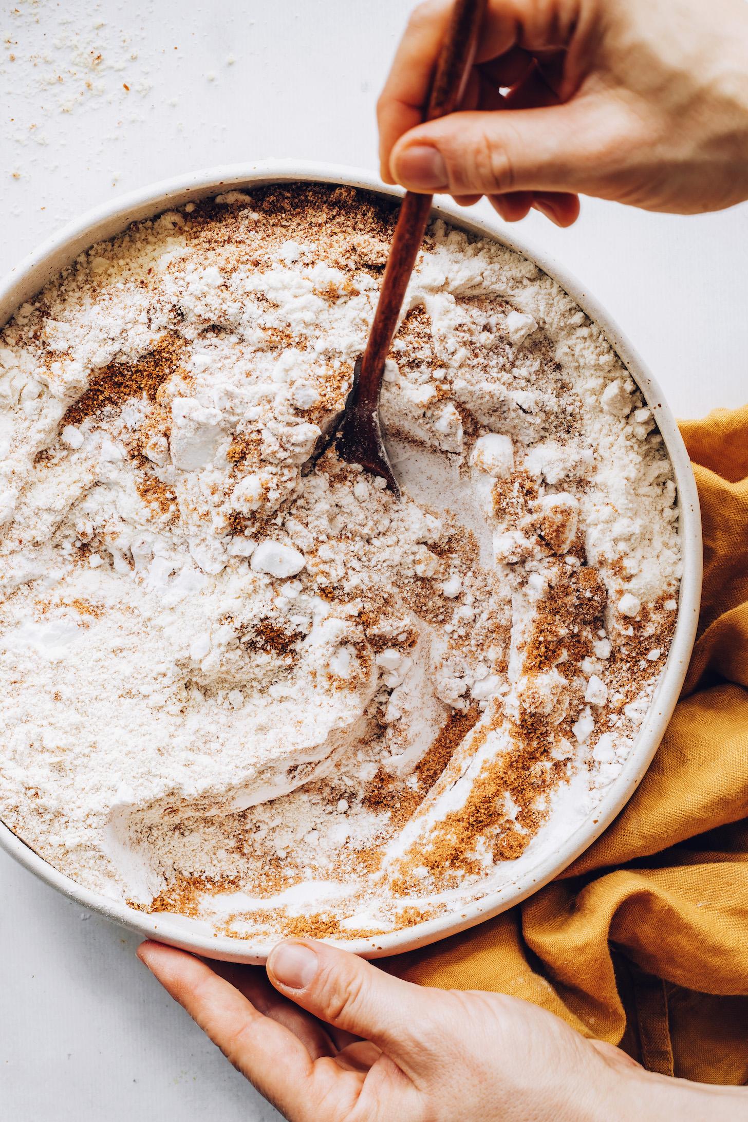 Bir karıştırma kabında glutensiz un, keten tohumu ve hindistancevizi şekerini karıştırın