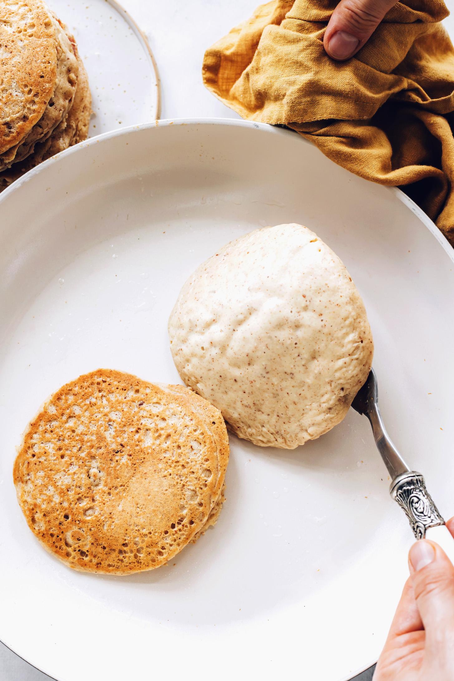 Bir tavada glutensiz krep çevirme
