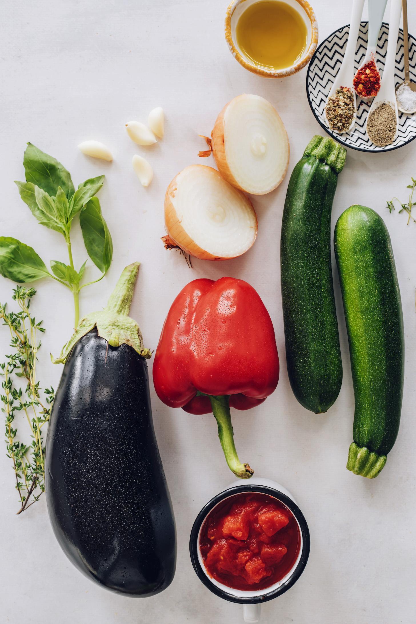 Fesleğen, kekik, sarımsak, soğan, patlıcan, dolmalık biber, kabak, domates, kekik, kırmızı pul biber, tuz, karabiber ve zeytinyağı