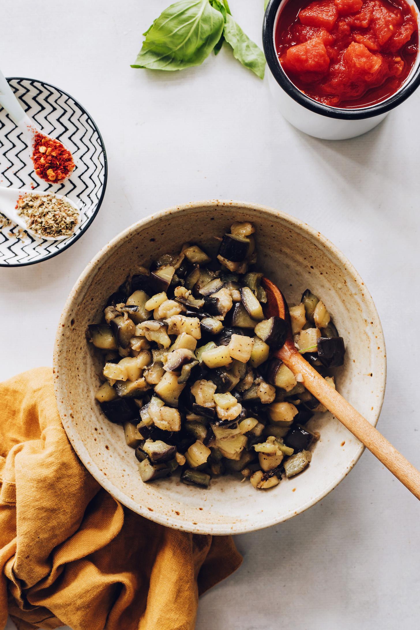 Zeytinyağında sotelenmiş bir kase közlenmiş patlıcan