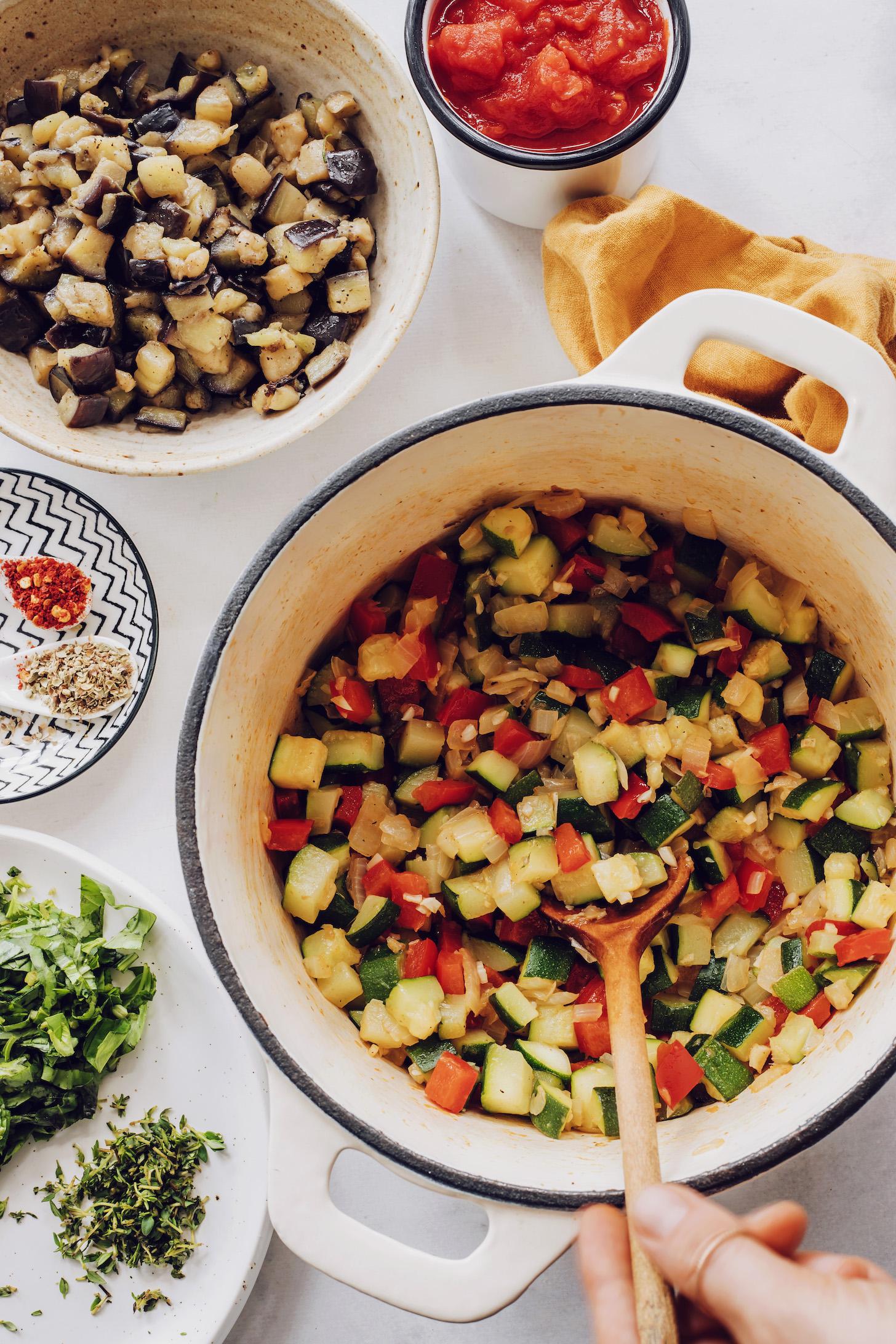Hollandalı bir fırında kabak, dolmalık biber, soğan ve sarımsak soteleme