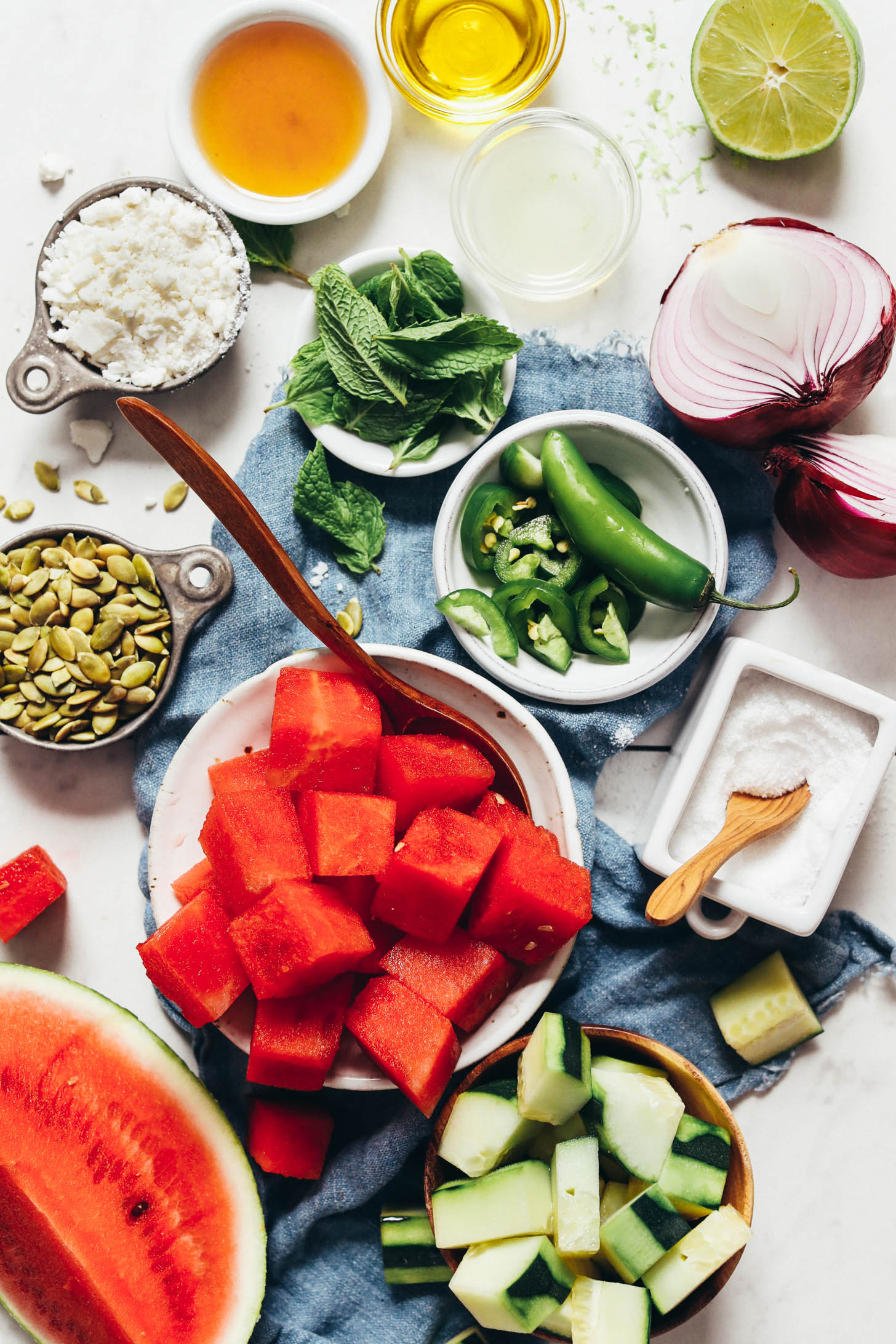 Karpuz, salatalık, tuz, jalapeno, kırmızı soğan, misket limonu, zeytinyağı, nane, akçaağaç şurubu, vegan beyaz peynir ve kabak çekirdeği