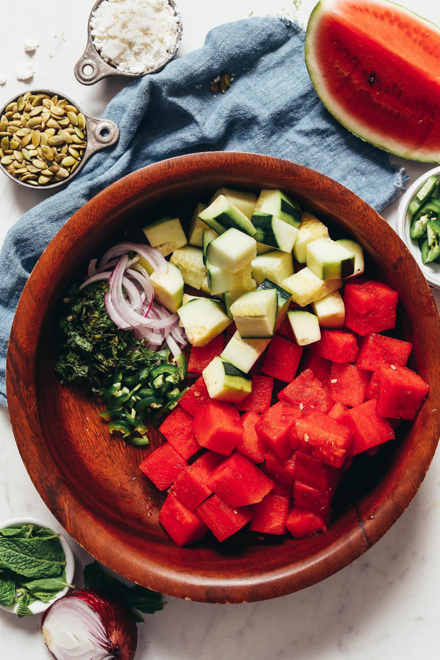Dilimlenmiş jalapeño, kırmızı soğan ve nane ile bir kapta küp doğranmış karpuz ve salatalık