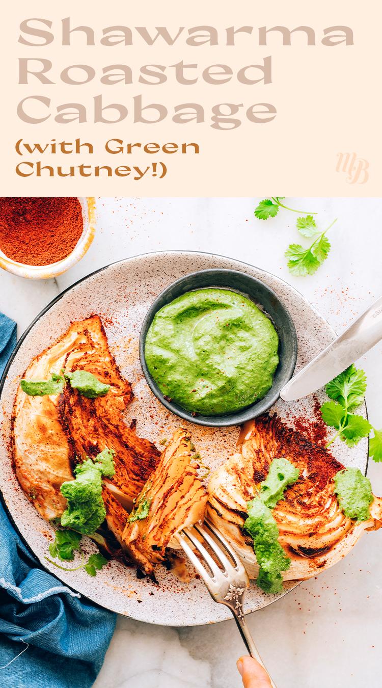 Assiette de choux shawarma végétaliens et sans gluten rôtis avec chutney vert