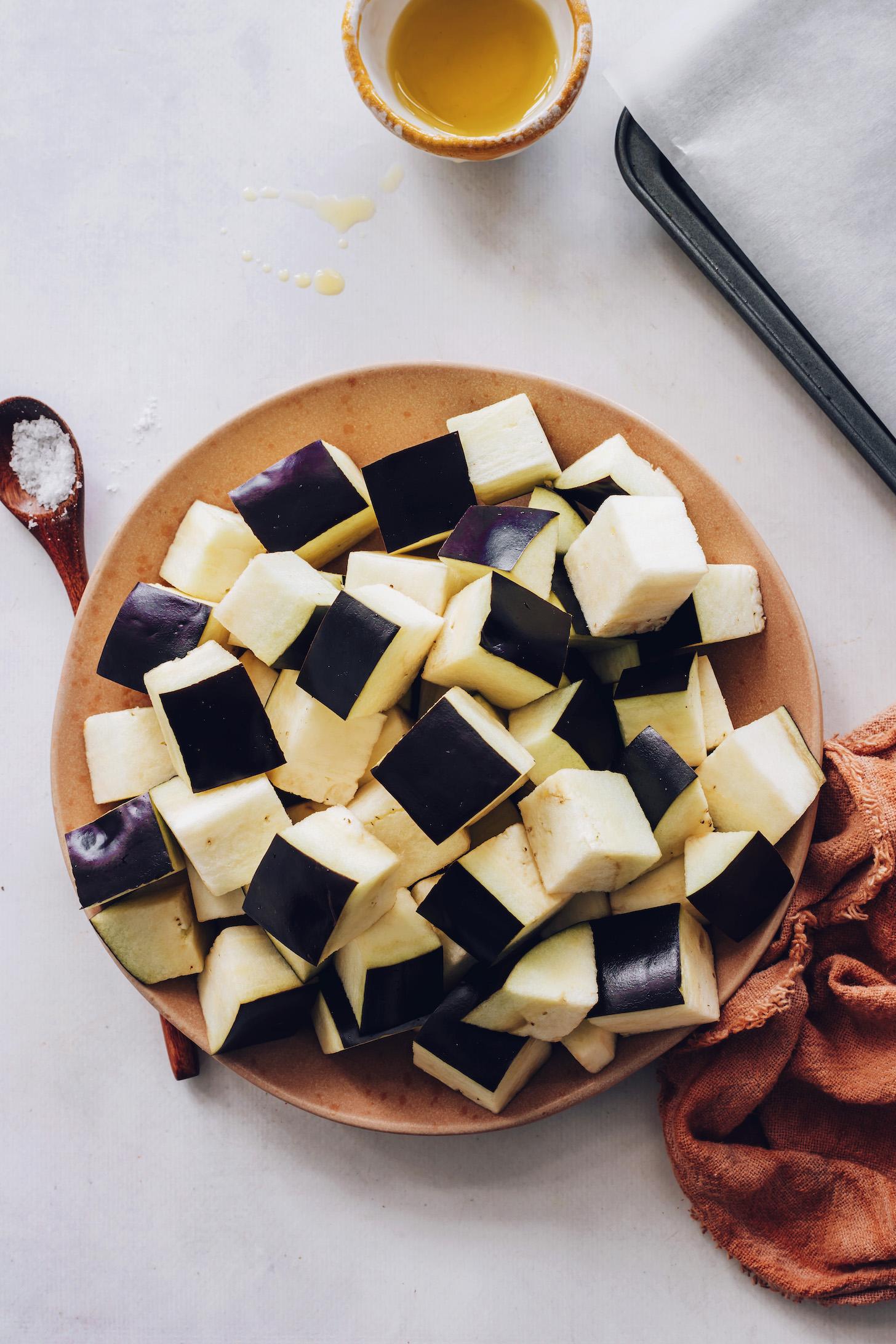 Bir tabakta patlıcan küpleri