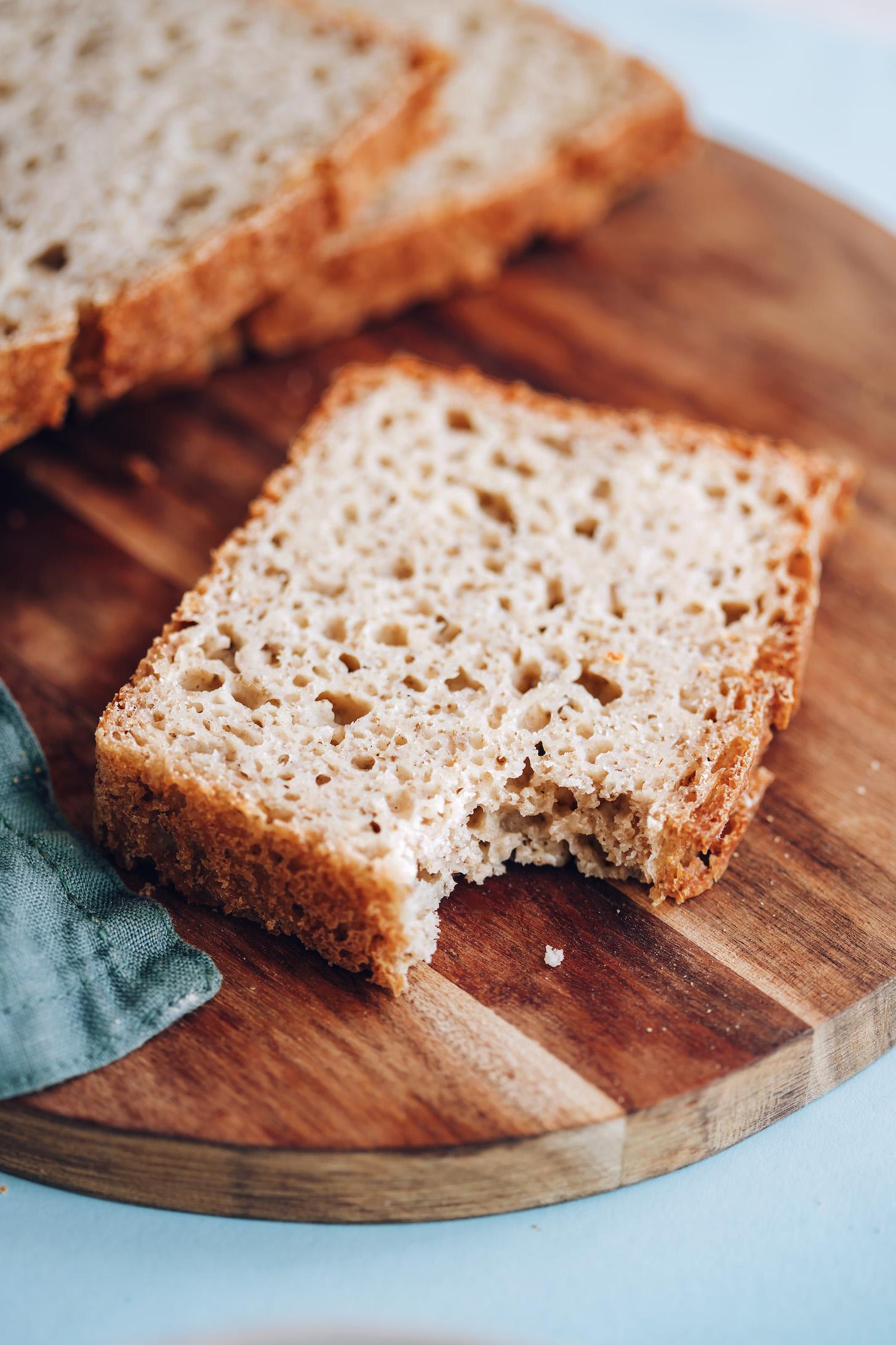 Bir dilim glutensiz sandviç ekmeğinden yenen ısırık