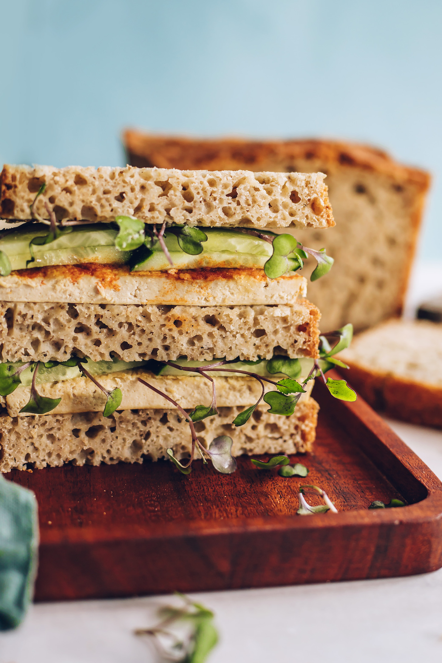 Salatalık, lahana ve tofu ile sandviç