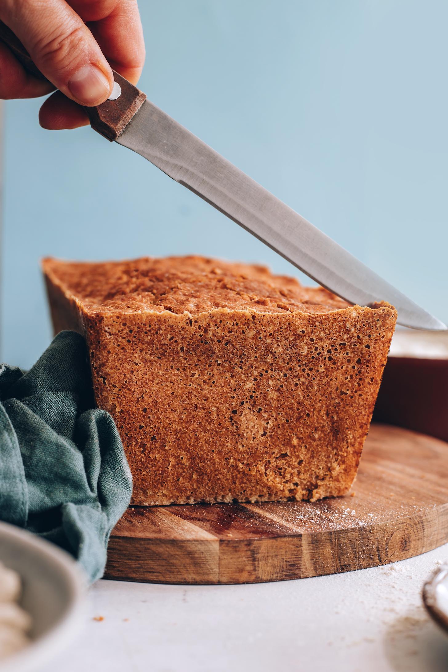 Altın kahverengi bir somun glütensiz ekmek içine dilimleme