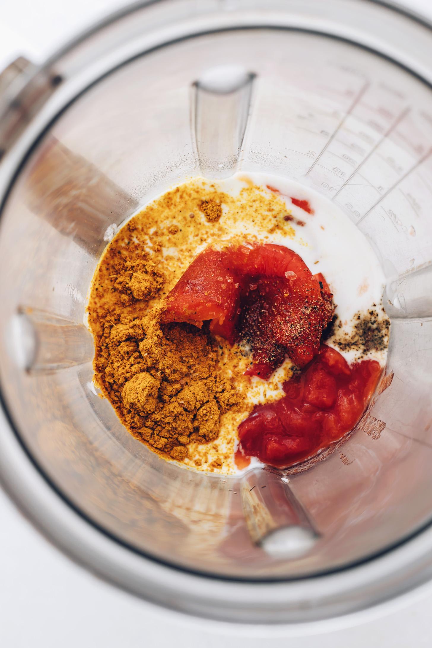 Hindistan cevizi sütü, közlenmiş kırmızı biber, domates, köri tozu, tuz ve karabiber ile blender