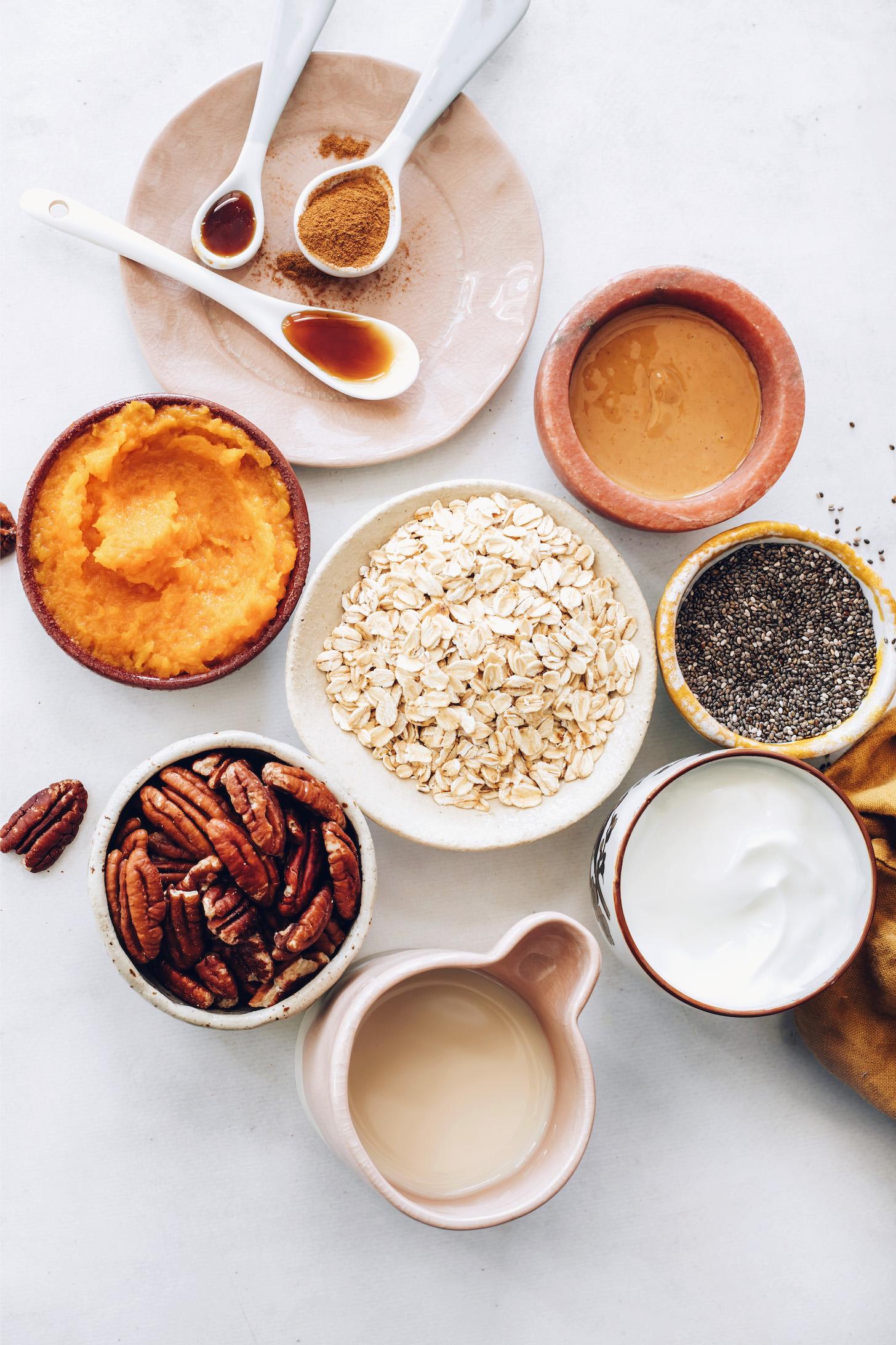 Sirop d'érable, vanille, épices pour tarte à la citrouille, beurre d'amande, graines de chia, yogourt à la noix de coco, avoine, purée de citrouille, pacanes et lait d'amande