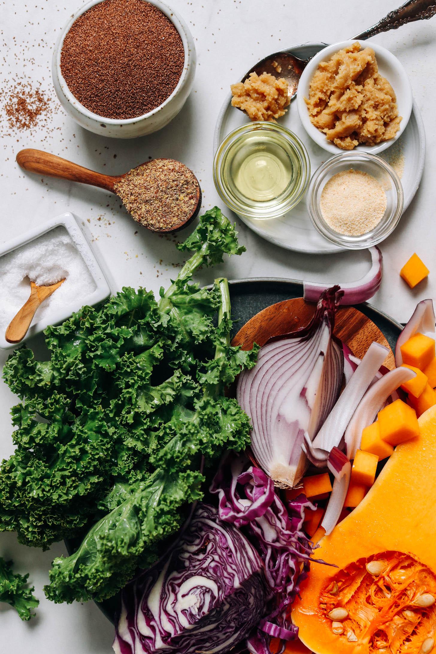 Courge musquée, oignon rouge, chou, chou frisé, sel, farine de graines de lin, huile d'avocat, poudre d'ail, miso et grains de teff entiers