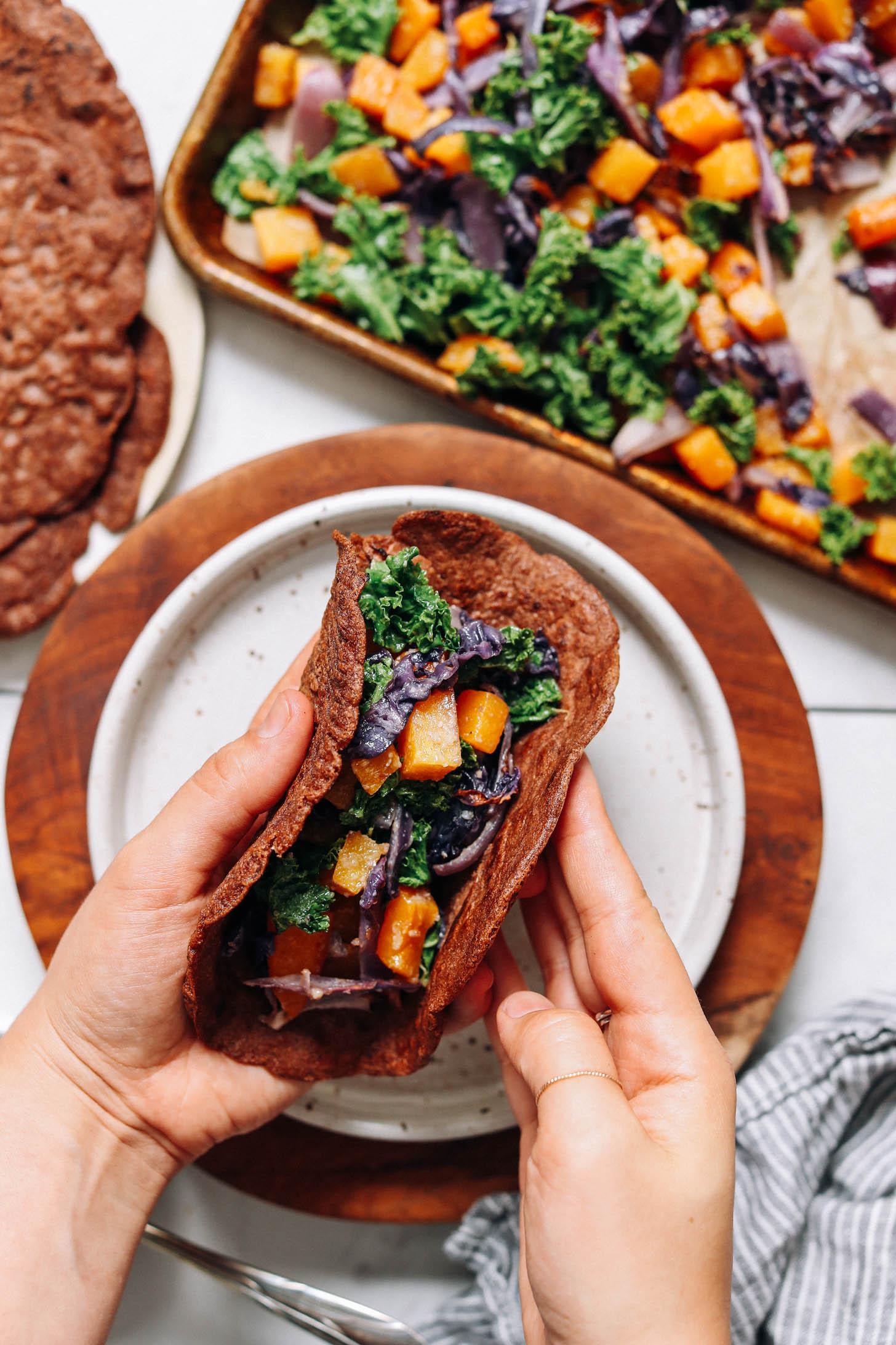 Plier une crêpe savoureuse au teff farcie de légumes rôtis