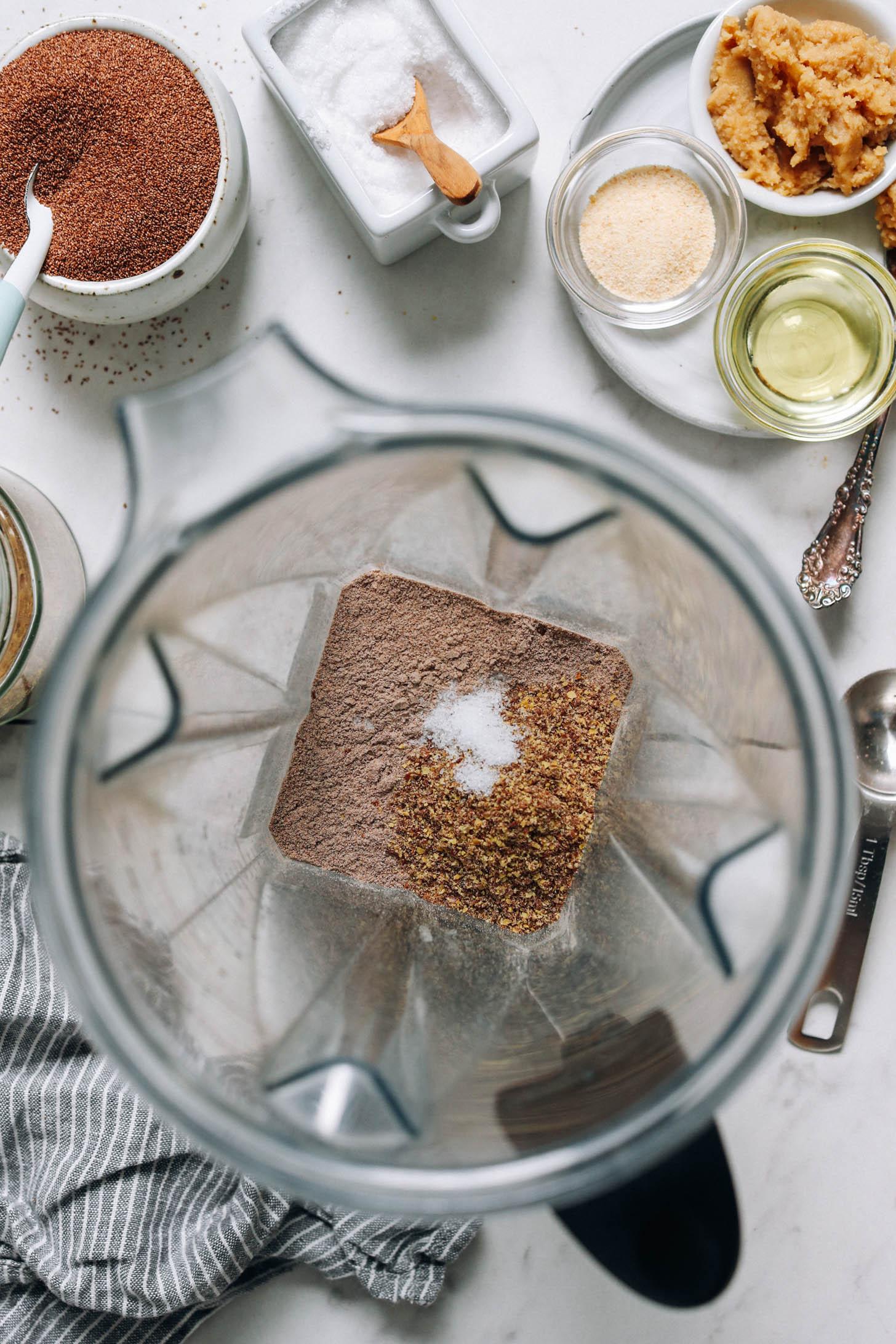 Farine de teff, farine de graines de lin et sel dans un mélangeur