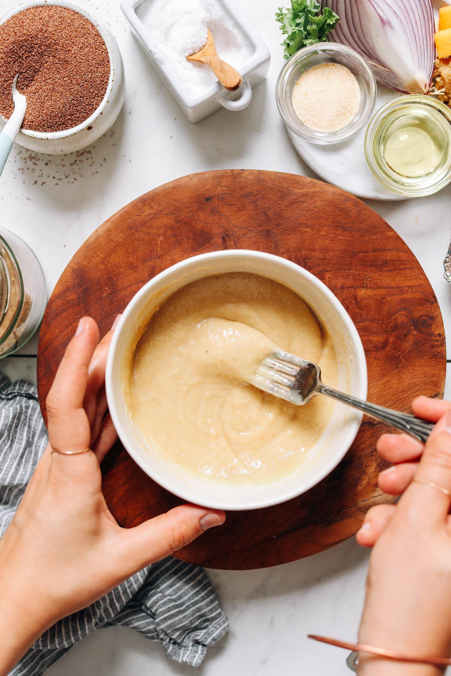 Mélanger le miso, l'huile d'avocat et l'eau dans un bol