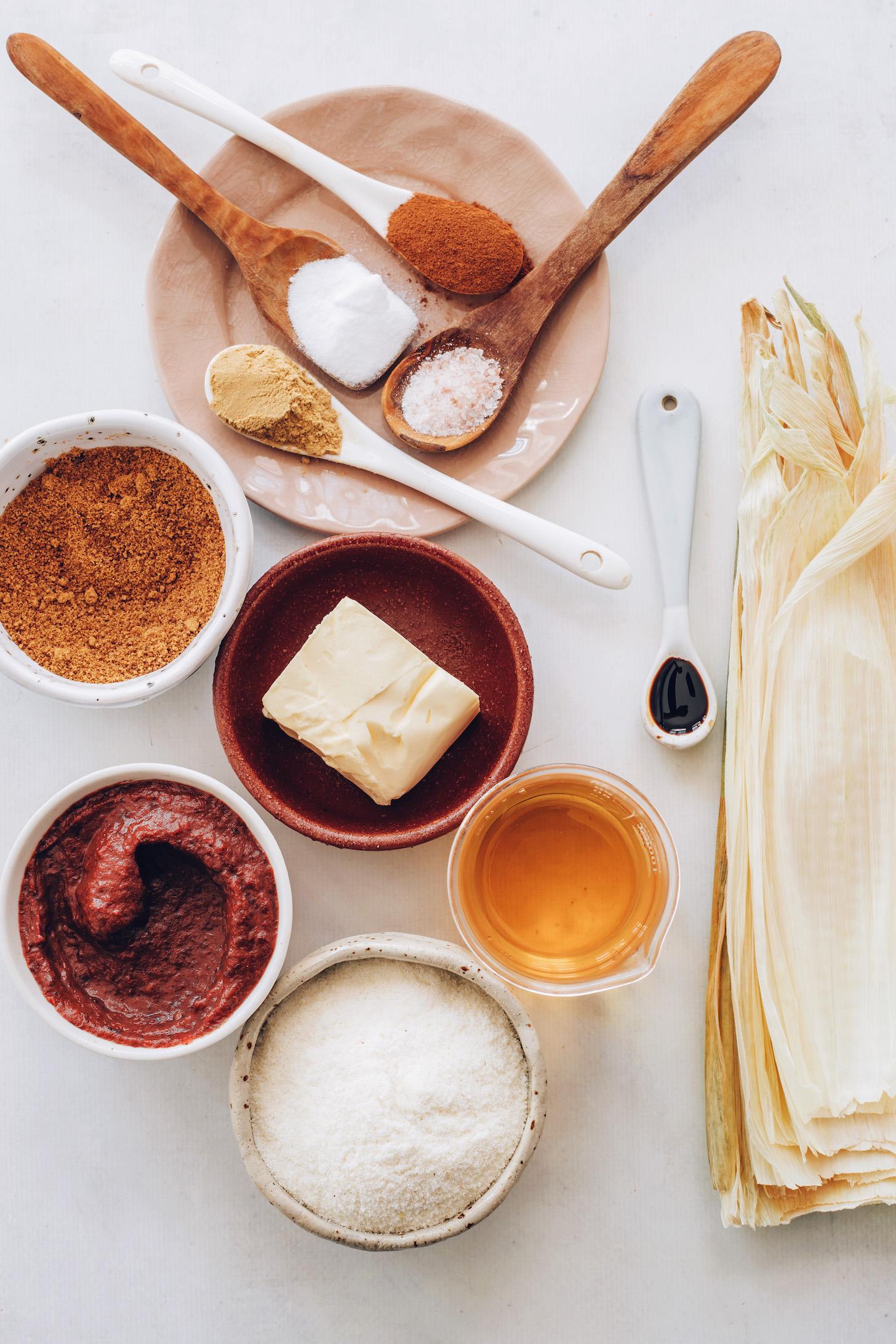 Mısır kabuğu, elma suyu, masa harina, vanilya, vegan yağı, elma yağı, hindistancevizi şekeri, zencefil, tarçın, tuz ve kabartma tozu