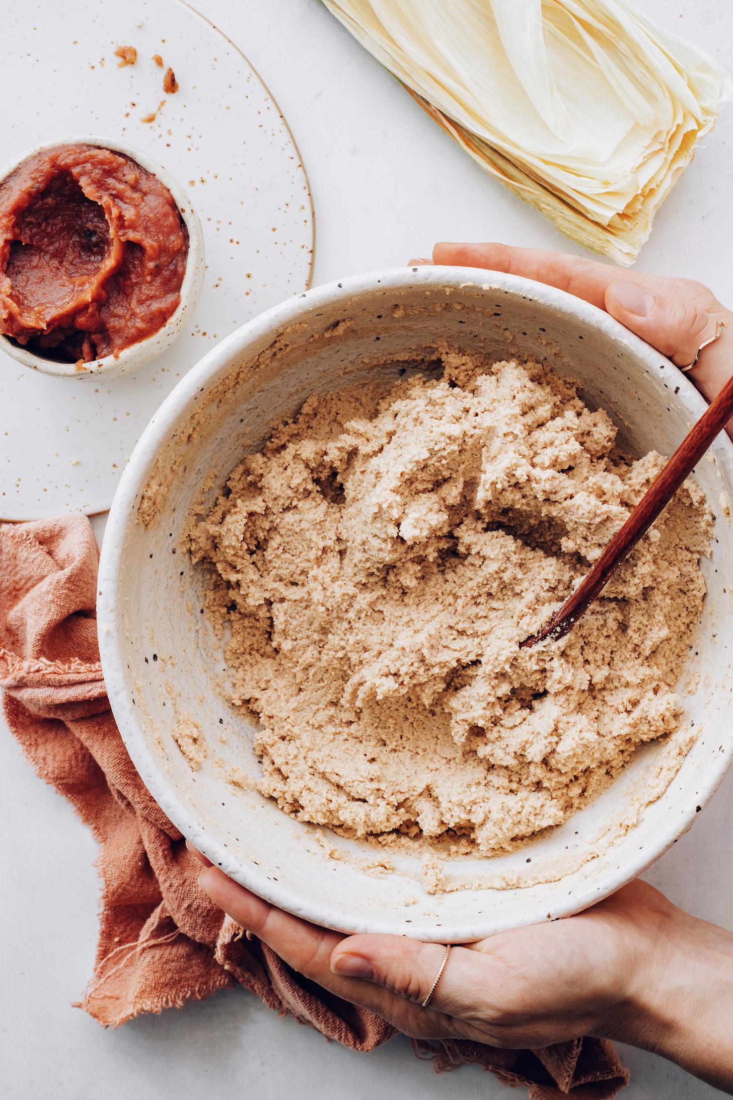 Tatlı tamales için masa hamuru ve elma yağı kaseleri