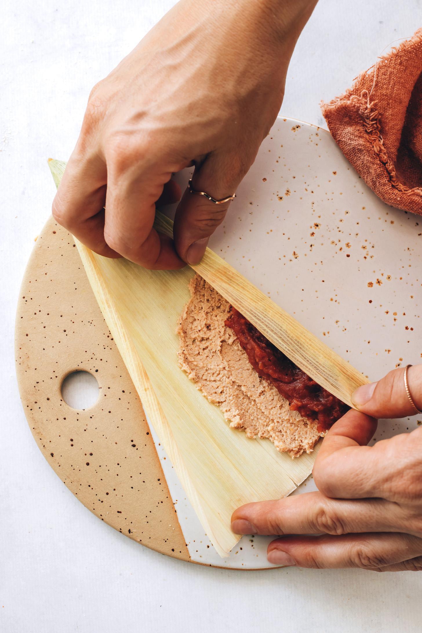 Mısır kabuğunu masa dolgusu ve elma yağı üzerine katlamak