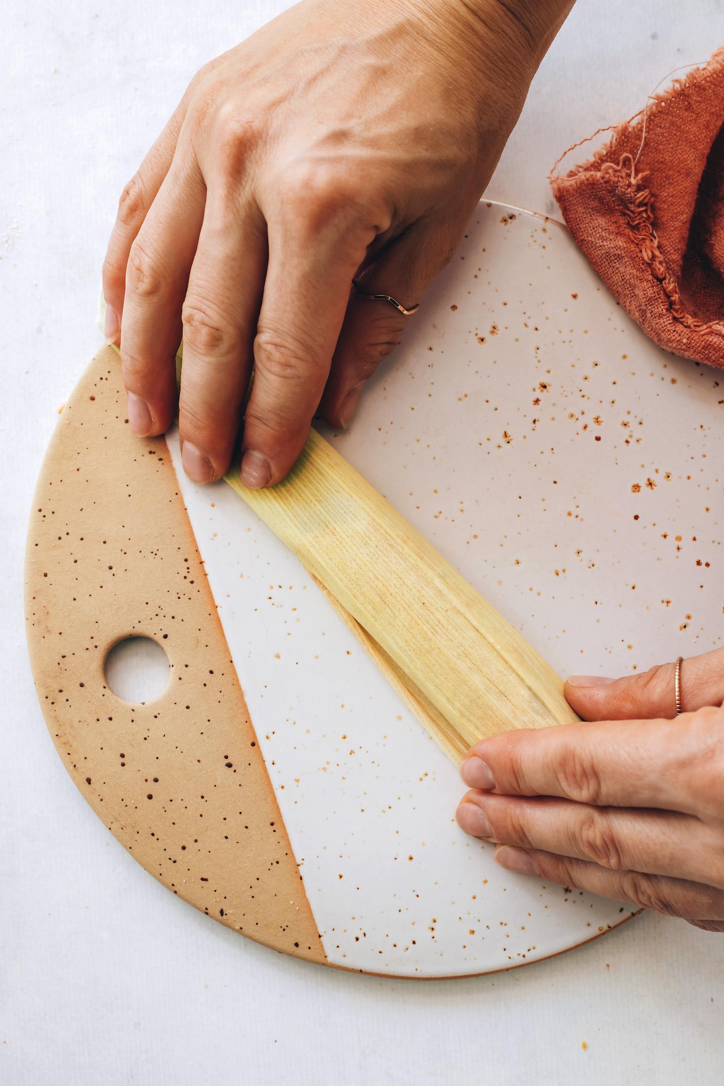 Mısır kabuğuna sarılmış Tamale