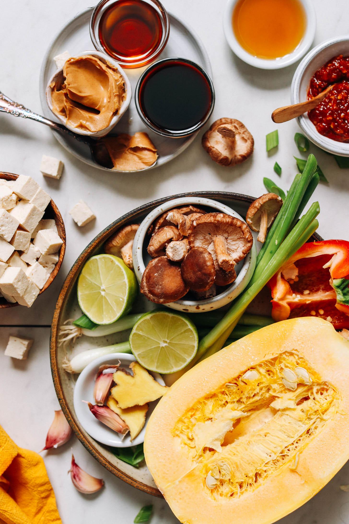 Spagetti kabak, kırmızı dolmalık biber, yeşil soğan, mantar, misket limonu, zencefil, sarımsak, küp doğranmış tofu, fındık yağı, hindistancevizi amino asitleri, akçaağaç şurubu ve kızarmış susam yağı