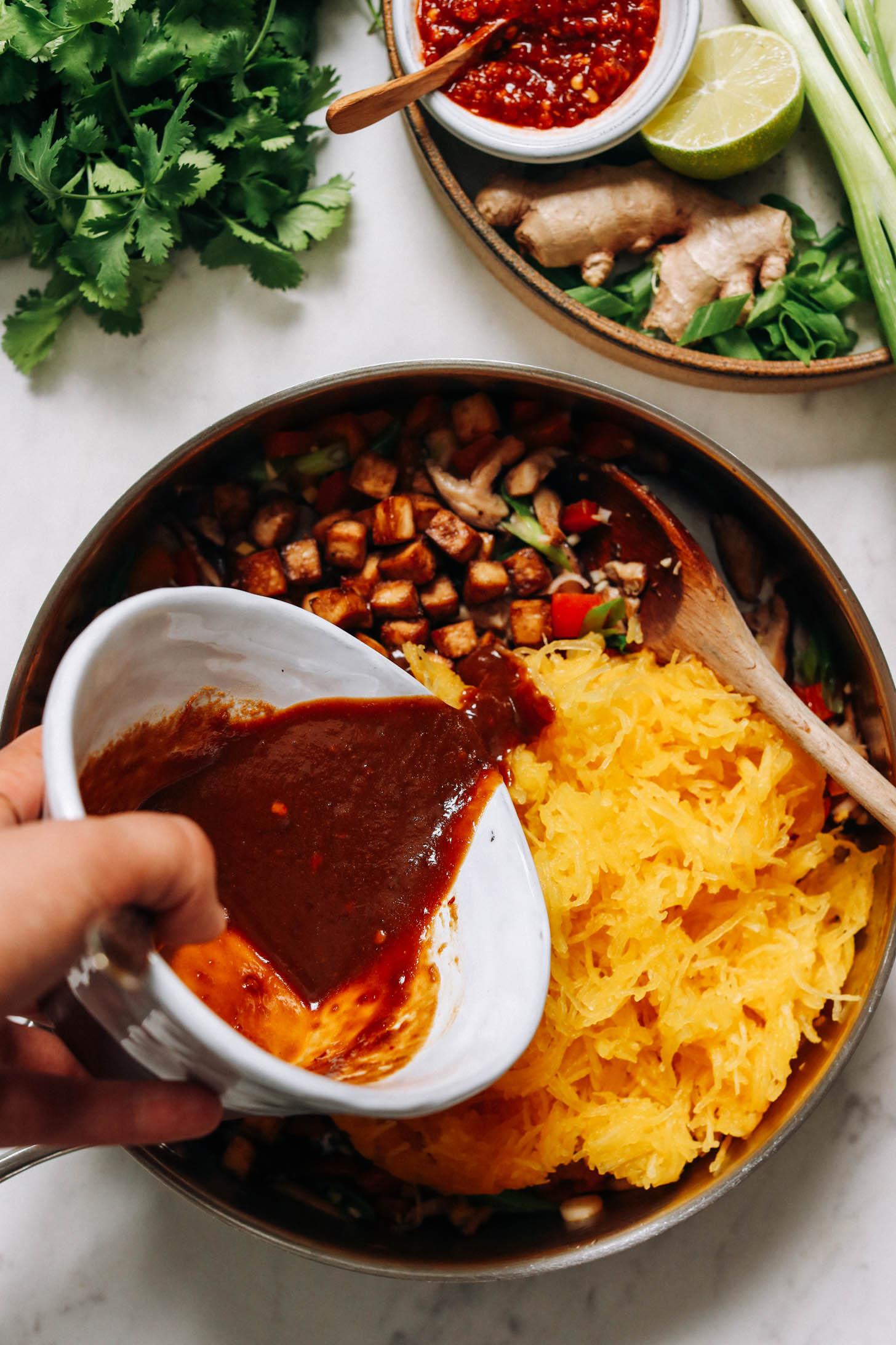 Spagetti kabak, tofu ve sebzelerin üzerine fıstık sosu dökmek