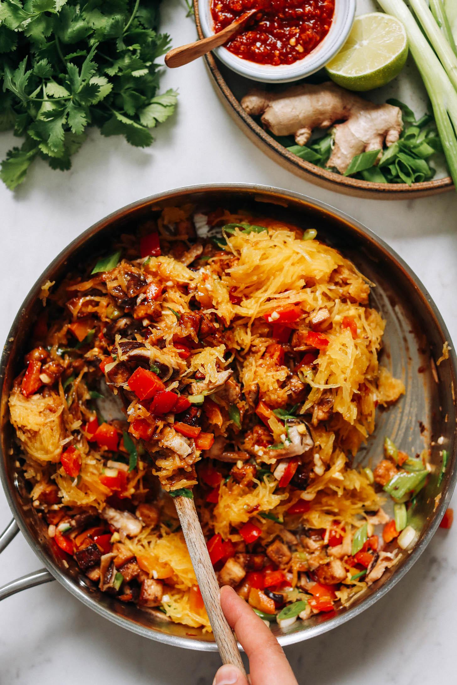 Bir tavada spagetti kabağı karıştırarak biber ve mantarla kızartın