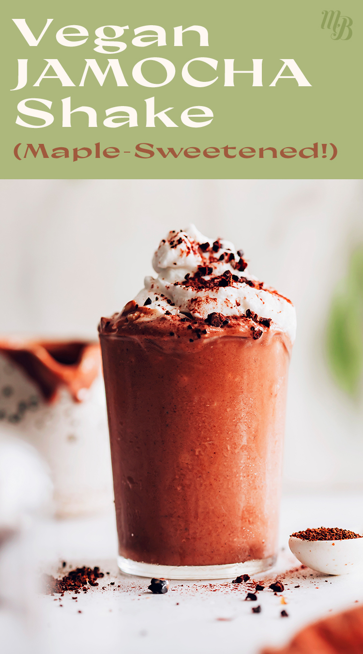 Üstünde hindistancevizi kreması, karamel çiseleyen, çikolata çiseleyen ve kakao hazneli bir bardak vegan jamocha shake