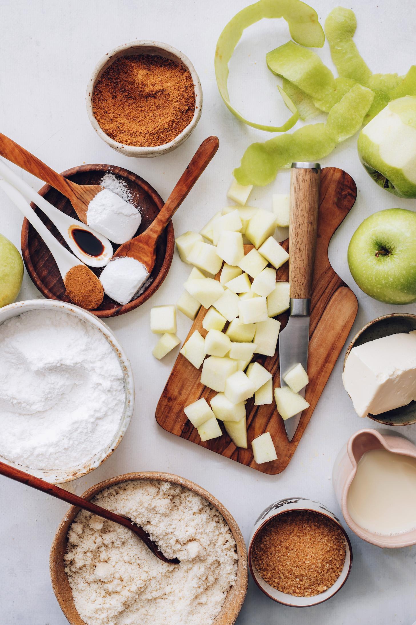 Hindistan cevizi şekeri, elma, vegan yağı, süt içermeyen süt, şeker kamışı, badem unu, glütensiz un karışımı, baharatlar, kabartma tozu ve kabartma tozu