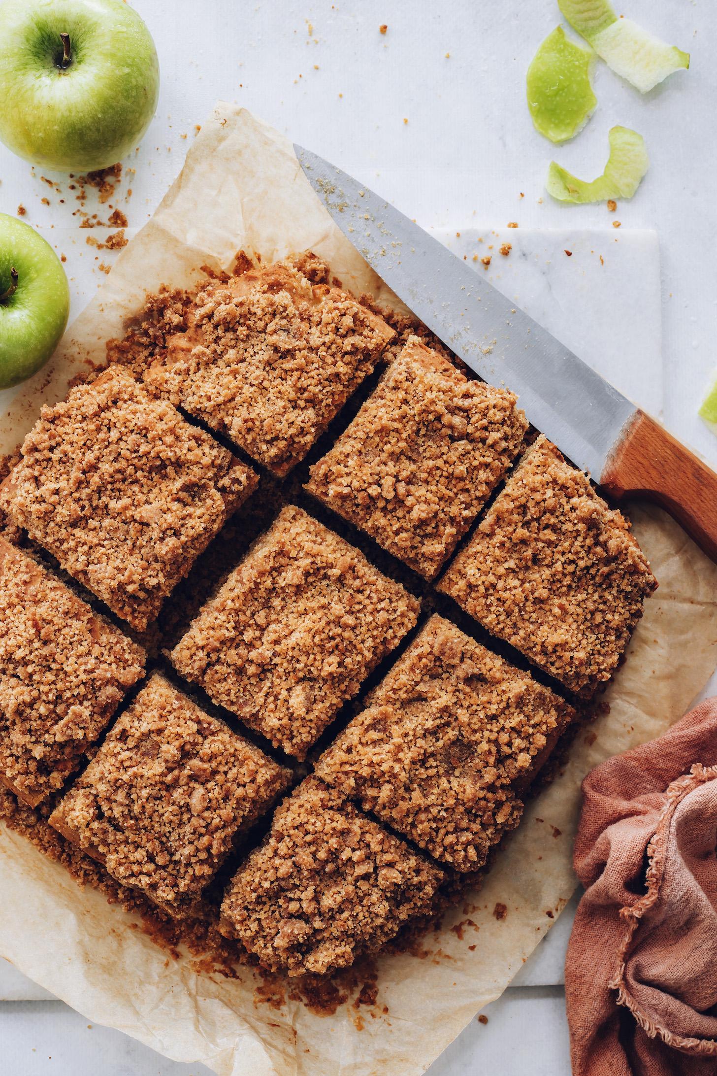 Tepesi kırılmış bir tepesi olan elmalı kahveli kek dilimlerinin havai görüntüsü