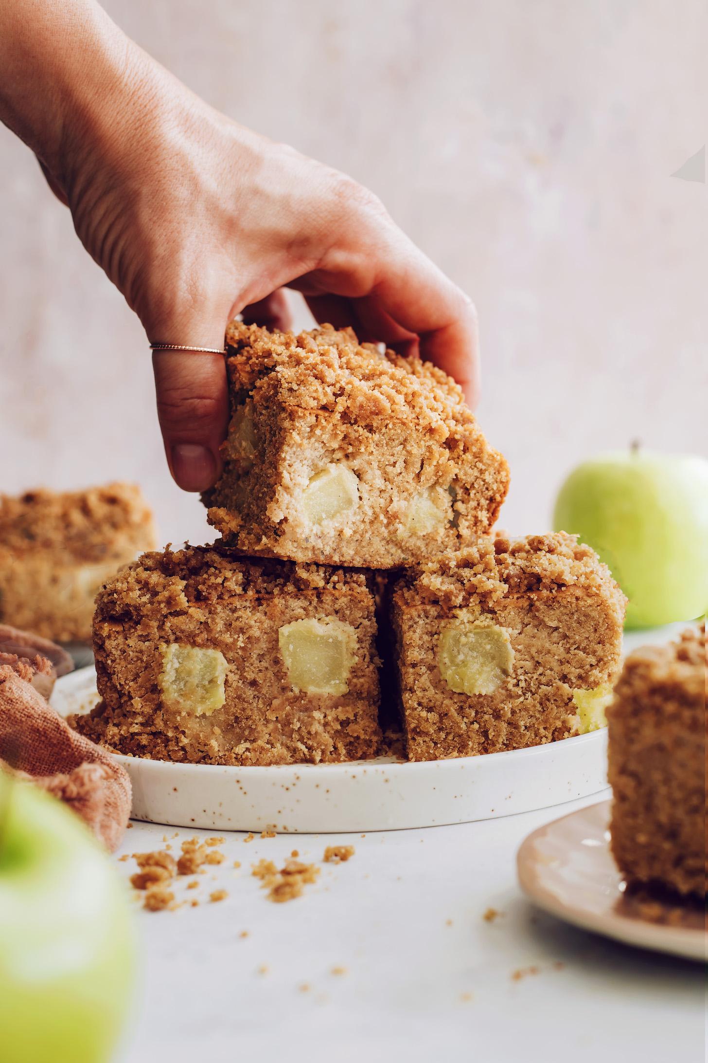 Bir tabaktan bir dilim elmalı kahveli kek almak