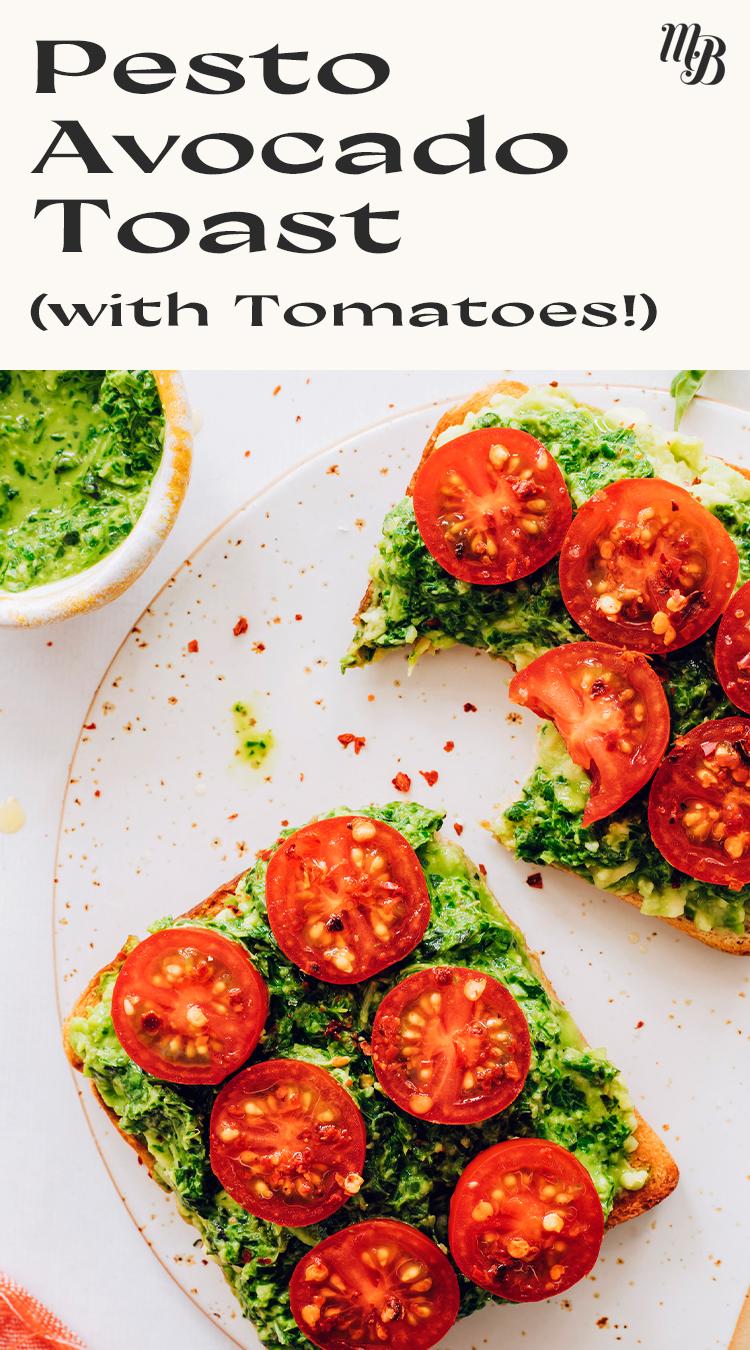 Taze domatesli vegan pesto avokado tost dilimleri ve yanında bir kase vegan pesto