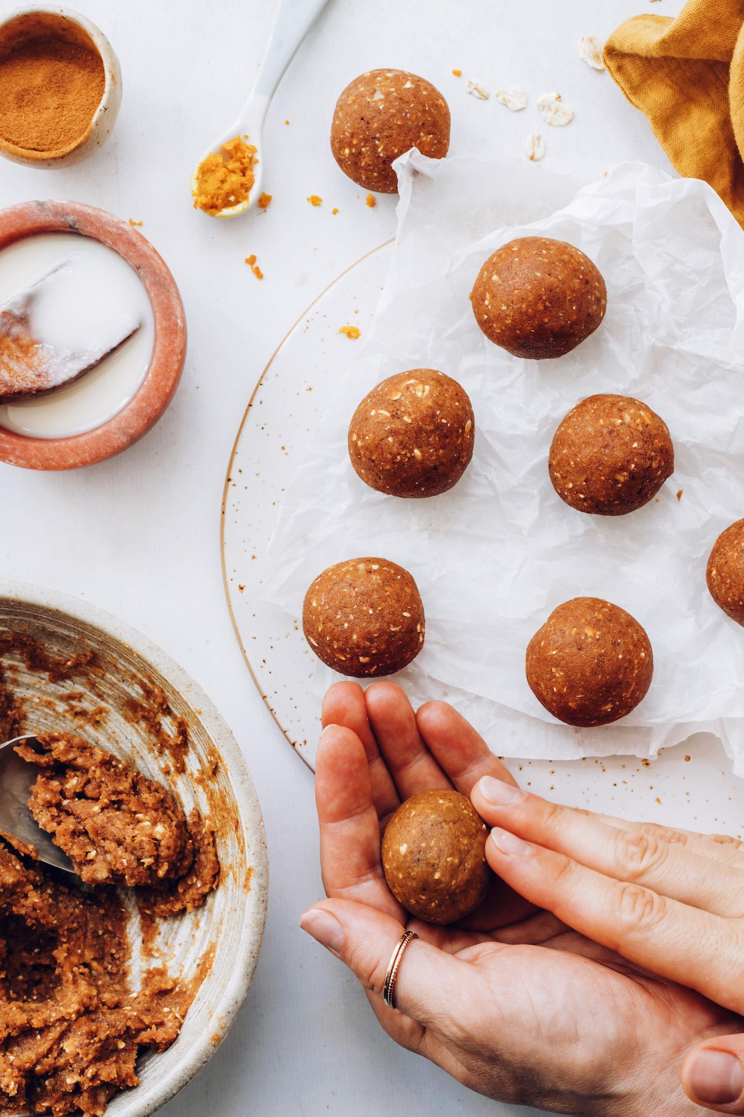 Fırınsız balkabağı baharat hamurunu top haline getirme