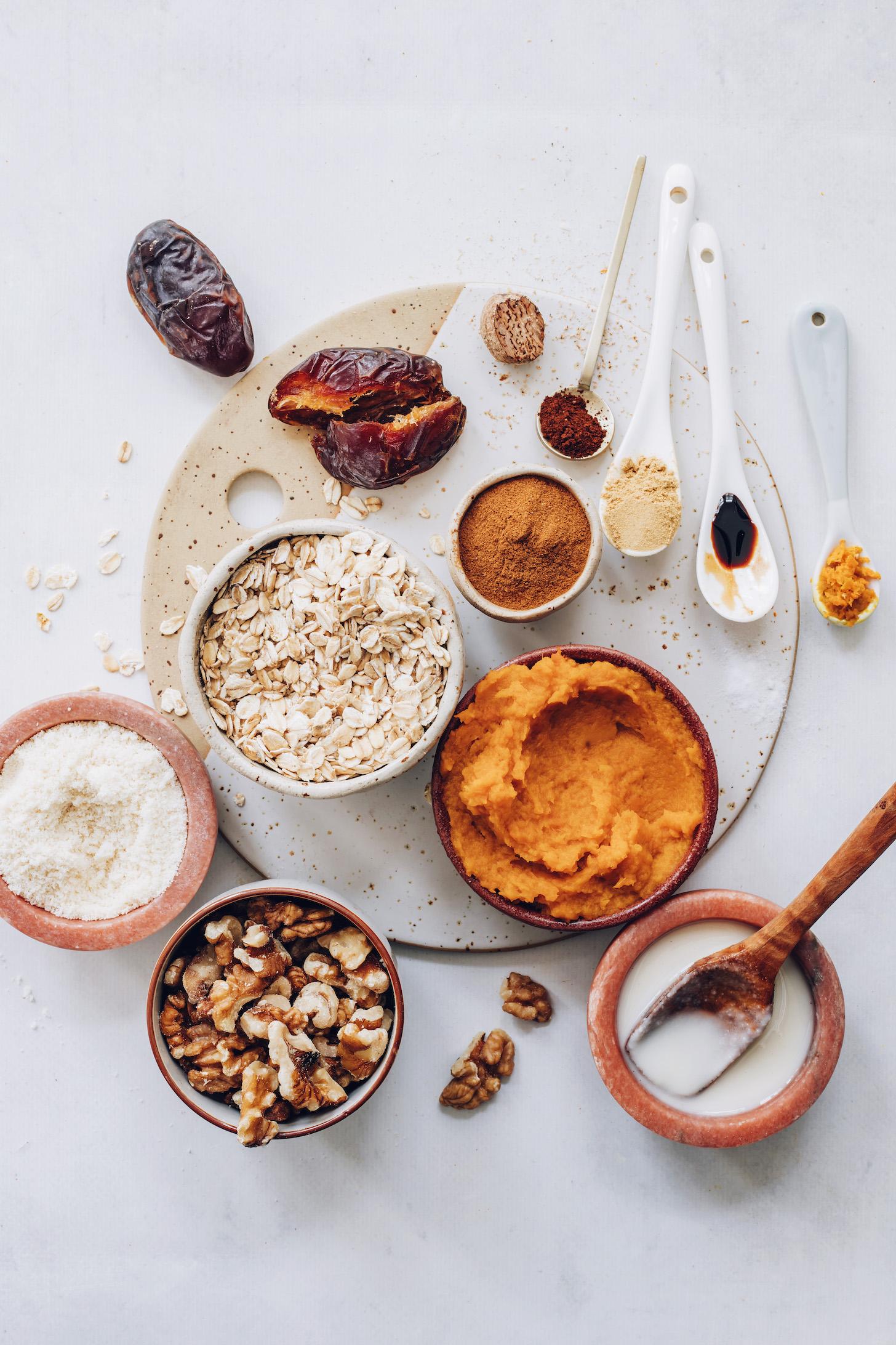 Tarihler, baharatlar, vanilya, hindistancevizi yağı, balkabağı püresi, ceviz, badem unu ve yulaf