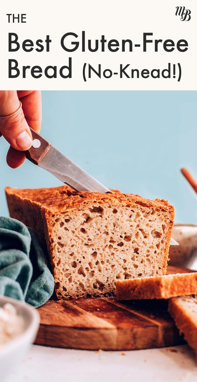 Bir somun vegan ve glütensiz yoğurulmamış sandviç ekmeği dilimleyen bıçak