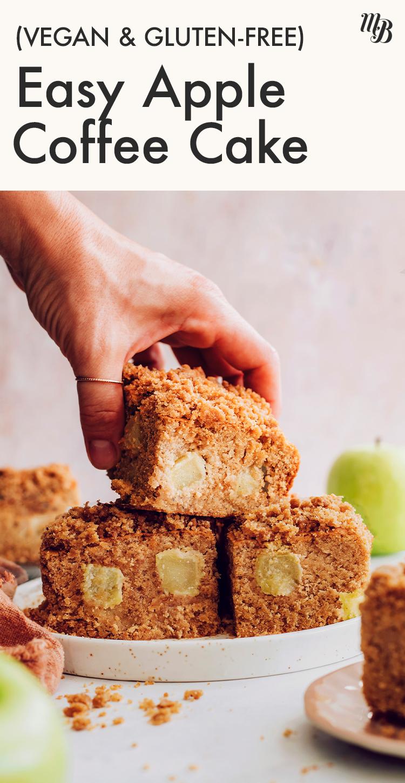Bir dilim vegan ve glutensiz elmalı kahveli kek tutan el